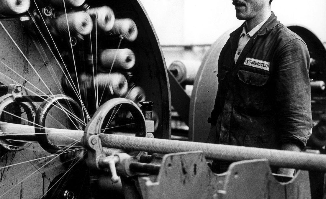 Turkse_gastarbeider_aan_het_werk_-_Turkish_guest_worker_in_Dutch_factory_(6941435973)